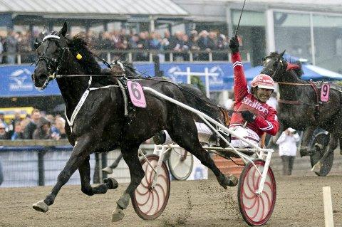 SUPERHEST: B.B.S. .Sugarlight og Peter Untersteiner kunne feire etter finalen i Olympiatravet på Åby.  Foto: ADAM IHSE