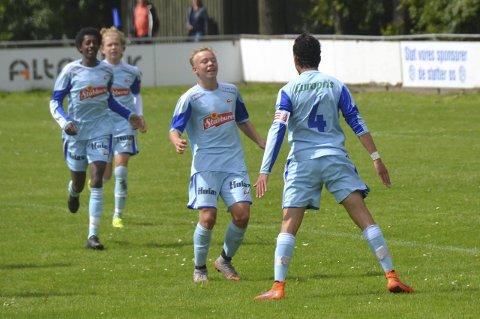 JUBELGUTTER: Her feirer Fredrikstads fotballgutter dem første scoringen mot Innsbruck.