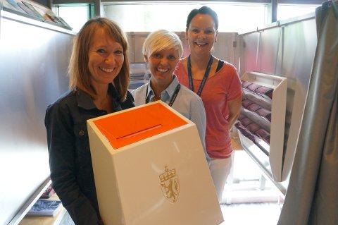 JOBBER MED VALGET: Ingrid Trømborg, Linda Karlsen og Marit Hexeberg er tre av rundt 200 personer som har små og store oppgaver knyttet til valget i Fredrikstad.