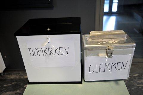 Hva skal du stemme ved kirkevalget?  Oda Mossik Bernhardsen og Elisabeth Pagander Austrheim gir sin anbefaling. Bilde fra krikevalget 2009.