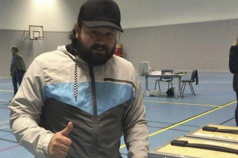RAKK DET: Dino Murselovic rakk å levere sine stemmesedler like før stemmetid. Foto: Vidar Henriksen
