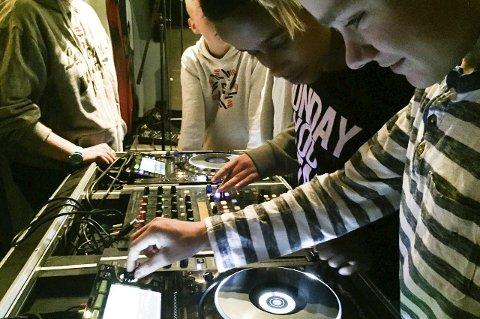 FERSK DJ: Leon Jensen fikk teste hvordan der er å være dj under kulturkonfirmasjonen på St. Croix.Foto: Ylva Solheim