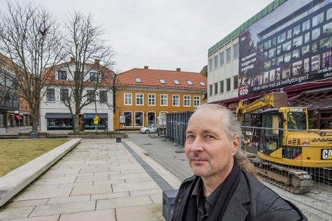 Byantikvaren advarer: Byantikvar Vegard Lie mener politikerne må gå imot planene om å la Fredriksborg bygge åtte meter inn på Blomstertorvet.