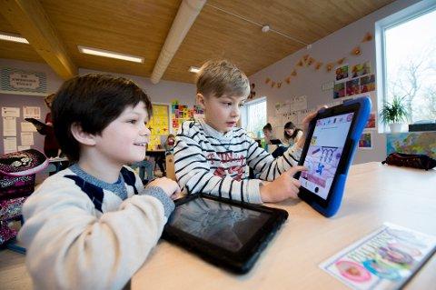 LEKSER ER GØY.    Markus Frausini Hulaad Christiansen (9) og Maximilian Urke (10) får spennende lekser der de får utfordringer og kan forske på forskjellige problemstillinger.