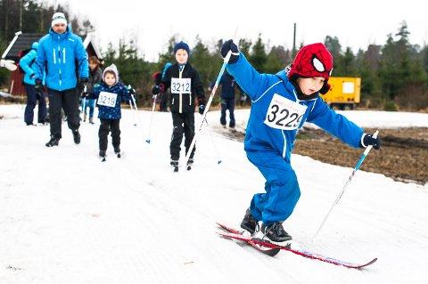 Det er ikke ofte du ser spiderman på ski, men det gjør du altså i Fredrikstadmarka. Theodor Sørvoll (5) fikk god fart i sporet.