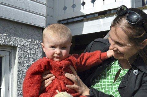 SIKRET PLASS: Lille Judith har nå fått skoleplass, og mor Hilde Gunn Svenneby er lykkelig over å ha sikret alle de tre barna plass. Foto: Marianne Holøien