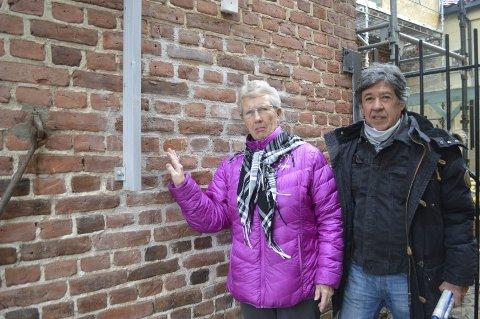 MØTER VEGGEN:   Frimarkedsansvarlig Solveig Marthinsen og frimarkedshandler George Montes. Foto: Marianne Holøien