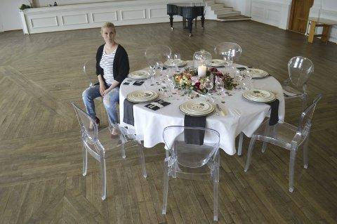 UNNGÅ FELLENE: Nina Asbjørnsen har lang erfaring som bryllupsplanlegger, og gir gode råd til deg som planlegger selskap. Her har hun dekket et festbord i Velferdssalen på Øra, som etter oppussing sto ferdig i ny, lysere skrud i mars.