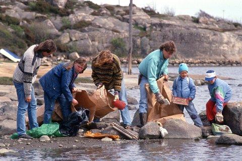 Strandryddingen har en lang historie. Bildet er fra Kasebukta ved Utgårdskilen på Hvaler der det ble samlet inn over 40 sekker med ilanddrevet avfall i mai 1989.