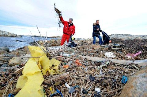 I ÅR ER DET PAUSE: Hver eneste vår, som i 2012 da dette bildet ble tatt, har folk ryddet søppel på strendene våre på dugnad. I år er imidlertid rådet å ta en pause - iallfall i første omgang frem til 13. april.