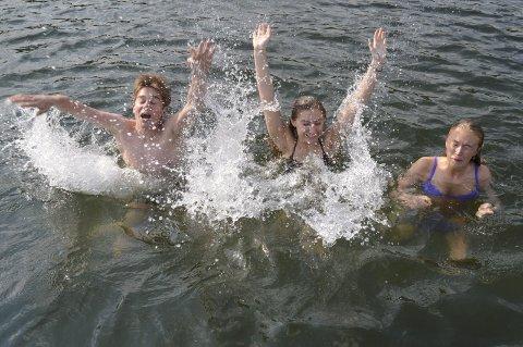 SKIKKELIG AVKJØLING: Herman Gløersen, Synne Gjerløw og Nora Løvdal Gamnes kan rapportere at vanntemperaturen er frisk – men lufttemperaturen gjorde det nødvendig å hoppe uti likevel, fastslo de tirsdag ettermiddag.begge Foto: Marianne Holøien
