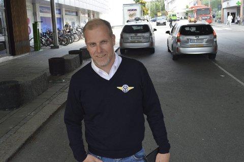 FRUSTRERT: Markedssjef Stian Enghaug i Taxisentralen frykter for fremtiden til hele bransjen etter hvert som omfanget av kjøreavtaler gjort på sosiale medier øker. – I Trondheim har drosjene på grunn av slike Facebook-grupper sluttet helt å kjøre i enkelte områder, sier han. Foto: Marianne Holøien