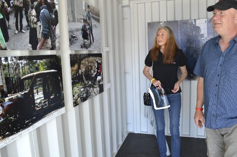 STERKE INNTRYKK: Astrid Engen og Ove Nørgaard fra Sande i Vestfold var egentlig på bluesfest på Nøisom gård, men fikk tilfeldigvis også med seg litt av DOK: 16 da de stakk innom Fisketorvet. Her foran bildene til Ahmed Aboud, hvor spesielt bilvraket helt til venstre gjorde inntrykk. Alle foto: Marianne Holøien