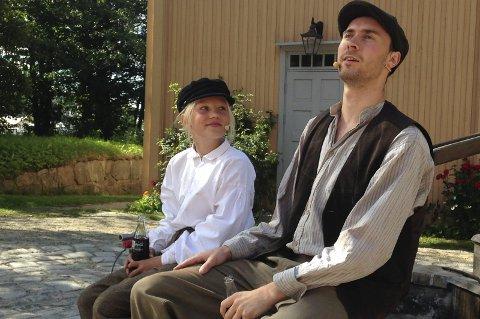 BROMANCE: Emil og Alfred utveksler kloke ord over en flaske «Sockerdricka» på marknaden i Vimmerby. Det er ikke lett å si at du ikke vil gifte deg med noen, og her bidrar den lille gutten med gode råd til sin mange år eldre venn. FOTO: ELIAS KRISTIAN ZAHL-PETTERSEN