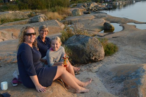 NØT SOMMERVÆRET: Margareth Iuell-Heitmann, Jenny Iuell-Heitmann (9) og   Marit Nordby koste seg i   septembervarmen på svabergene på Enhuskilen. Foto: Marianne Holøien