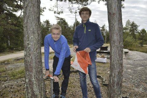 «GJEMTE» POSTER: Bendik Bergseng (16) og Eirik Klavestad Moen (16) fra skiklubben satte ut poster i barneløypa. Foto: Marianne Holøien