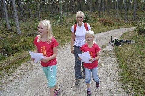 GØY! Nora (11) og Hedvig (9) Scheele Søyland og mamma Marianne Scheele var blant de mange som tok opp jakten på poster på søndag. BEGGE FOTO: Marianne Holøien