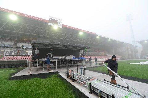 Det bygges scene i full fart til den store åpningsfesten fredag. Foto: Erik Hagen