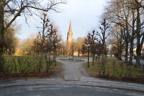 «TREKANTEN»: I denne spissen på Kirkeparken, lå en gang en rosehage med hekker og spaserganger. I byens første parkforvaltningsplan er gjenetablering av rosehagen et av tiltakene.