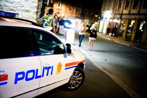 «Politi ute blant folk» er noe begge parter ønsker. Schou og Høyre mener dette best lar seg gjøre uten lensmannskontorene. Myhrvold og Senterpartiet mener lensmannskontorene er nødvendige for å skape nærhet mellom politi og publikum.