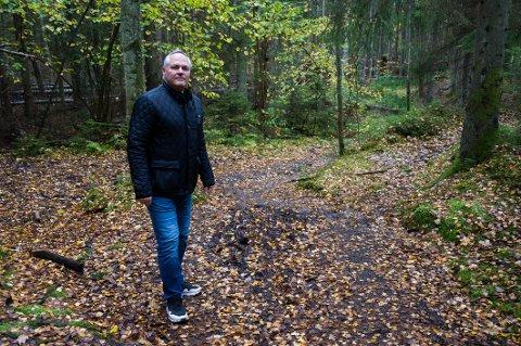 Stein Walle, leder i Byens Marker velforening, langs Kyststien ved Gangsrød i Torsnes, som flere steder er delvis dårlig fremkommelig.