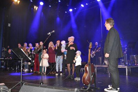 HYLLER: Børud-klanen gratulerer Arnold med 70 årsdagen på Sarpsborg Scene.