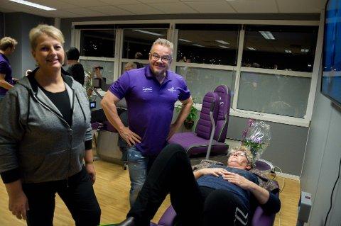 Treningssenteret Feelgood skal være et lavterskeltilbud til dem som ikke føler seg hjemme på tradisjonelle treningssenter. Til venstre daglig leder Bjørg Mutch, Truls Nebell fra Shapemaster Scandinavia i midten og Kari Brevik på treningsmaskinen.
