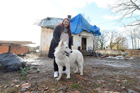 LETTET: Hunden «Snowy» ble reddet ut etter at de oppsto brann inne i boligen.