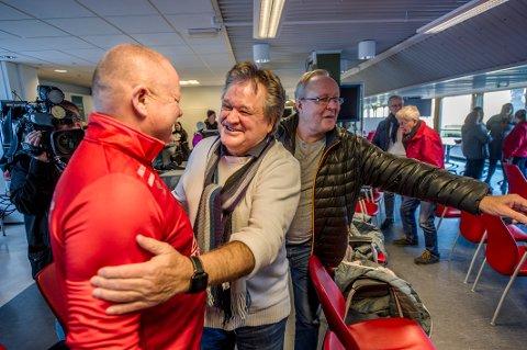 FORTSATT ENGASJERT: Henning J. Forsberg promoterer tennisen på Hankø. Her fra seansen hvor hans gode venn Per-Mathias Høgmo ble presentert som FFK-trener ifjor.