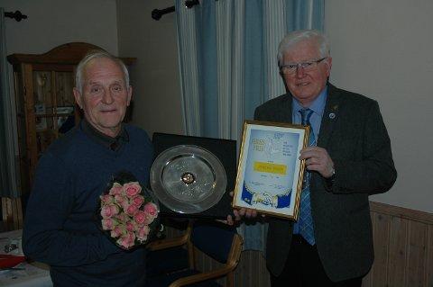 Hedret. Arne Antonsen (til venstre) fikk overrakt Rolvsøy Rotarys hederspris av president Tor Edgar Kristiansen.