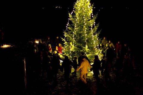 LITT RETTERE: Her er årets Råde-gran ennå ikke «Tatt av vinden», ved høytideligheten forleden da lysene ble tent.