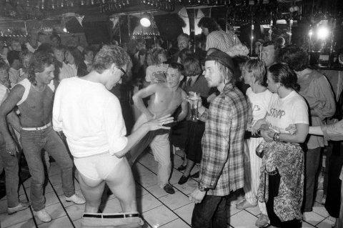 Demonstrasjon: Omlag 40 demonstranter aksjonerer på restaurant Papillon under et ''Miss Wet T-Shirt''-show: Noen av restaurantgjestene stilte opp på ''Mister wet underwear'' da den opprinnelige konkurransen ble avlyst. 16.07.1987