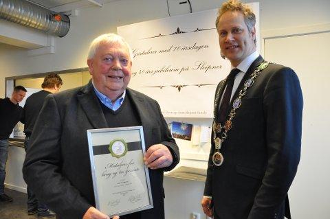 HEDRET OG DOBBELT JUBILEUM: I dag fyller han 70 år, og har jobbet 40 år for industribedriften Sleipner. Da fikk direktør Arne Skauen besøk av ordfører Jon-Ivar Nygård, som hadde med seg Norges Vels Medalje til jubilanten.