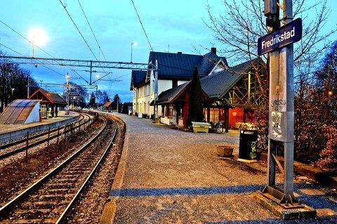 I innlegget henvises det særlig til Moss i spørsmålet om eiendom som blir overflødig skal tilbake til fellesskapet. Også Fredrikstad stasjon vil, ifølge planene, bli overflødig for jernbanen en gang på 2020-tallet.