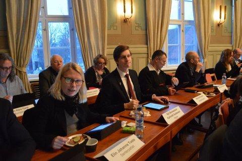 PLASTSERVERING: Når Elin Tvete (Sp) og bystyrekollegene møtes, får de kaffen servert i plastkopper. Det vil SVs Camilla Eidsvold (bak til høyre for Tvete) gjør noe med.