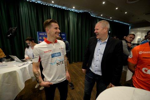 GOD TONE: Gjensynsgleden var stor mellom Erik Tønne og Mons Ivar Mjelde på Ullevaal mandag. (FOTO: ERIK HAGEN)