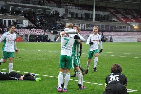 Andreas Nygård (ryggen til) kunne juble for nok et mål og avansement i cupen etter kveldens kamp mot Heming.