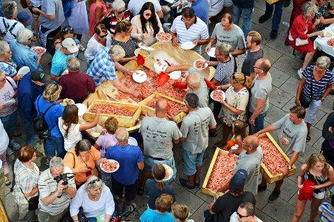 HALVANNET TONN: I 2013 ble det servert over 1600 kilo reker i gågata. Arrangørene garanterer at folk skal bli mette også i år.