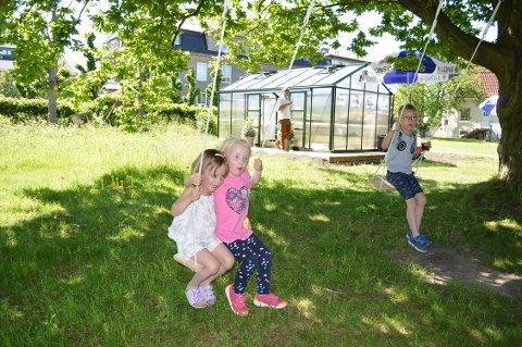 GODKJENT: Sophie Auensen (4), Mille Waatsveen Auensen (4) og Mateo Waatsveen Auensen (6) var raske til å teste ut fasilitetene på lekeplassen på Øra.