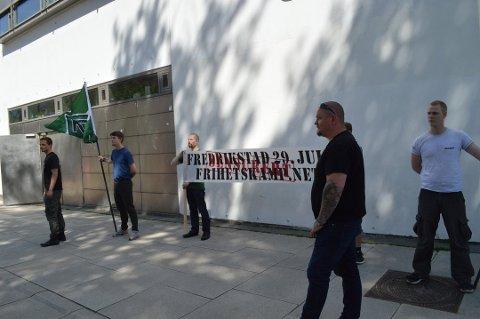 Forfatteren kaller det «nye triks fra nazistene» når de nå forsøker å gjennomføre marsjen under annet navn og med ytringsfrihet som parole. Bildet er fra punktmarkeringen utenfor Fredrikstad rådhus lørdag.