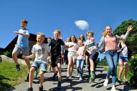 6. trinn på Rødsmyra skole på Kråkerøy var mildt sagt fornøyd med at det var siste skoledag før ferien onsdag!