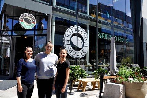 Espresso House åpner kafeen i gågata torsdag. Onsdag var det full rigging i lokalene. Fra venstre distriktssjef Ellinor Svenhage, daglig leder Linn Kristin Skarbø og skiftleder Mia Halvorsrød.