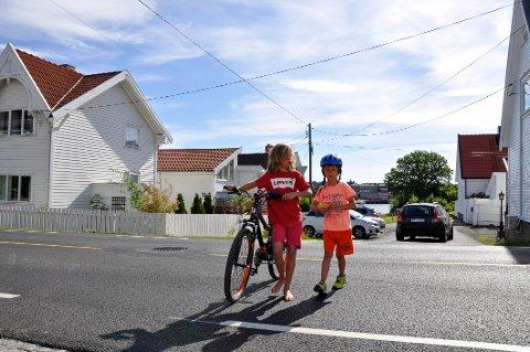 Linus Lervik-Johansen (8) og broren Ludvik (6) krysser Kråkerøyveien ved Skogveien flere ganger om dagen. Det er ganske skummelt. Foto: Elisabeth Skovly