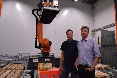 JOBBER FOR MINDRE FRAVÆR: F.v: Prosjektingeniør Viggo Ersøybakk, og Forsyningsdirektør Mathias Holm, jobber for at produksjonsarbeiderne skal ha gode arbeidsforhold.