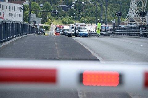 All trafikk over Værstebrua er stengt søndag formiddag. Dette bildet er fra forrige gang brua ble stengt - den 5. juli.
