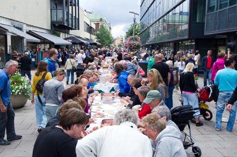 Rekefest for alle: Konseptet er kjent for Fredrikstad-folk. Denne gang slår byen ekstra på stortromma, og ideen er å samles under jubileet til et felles måltid på tvers av alder og bakgrunn. Bildet er fra rekefesten i 2012, den gang arrangert i gågata.
