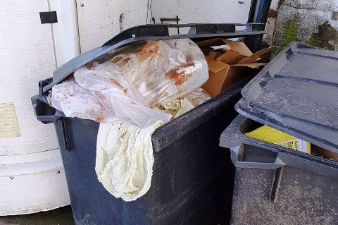 Fullt: Slik så det ut ved søppelkasene til Cewex så sent som fredag, i følge naboer.