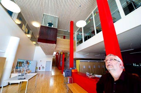 SATSER PÅ SEN INFLUENSA:  Rektor Trond Gunnesen ved Rød skole på Gressvik priser seg lykkelig over lavt sykefravær blant de ansatte, men sier spøkefullt at skolen får satse på at influensabølgen kommer etter nyttår.