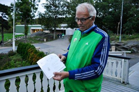 Torbjørn Nordstrand studerer den gjeve innbydelsen fra Slottet.