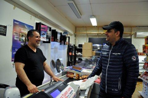 Tawfiq Al-Fahed (til venstre) stemte på Erna og Høyre ved forrige valg, men har ikke sett noe til løftene om mindre avgifter. Her sammen med kamerat og kunde Kahled Khahil i Brogaten dagligvare.